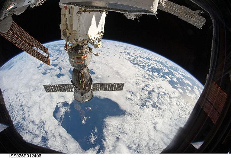 """Вид с МКС на """"Союз ТМА-19"""" и Галапагосские острова"""