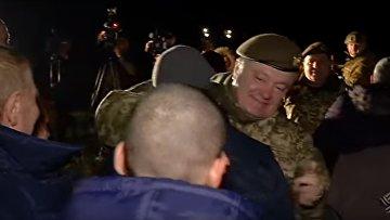 Порошенко встретил освобожденных из плена украинцев