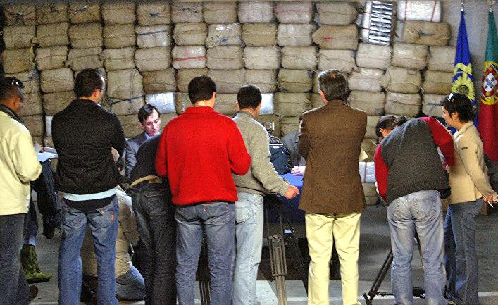 Журналисты местных телеканалов во время изъятия крупной партии кокаина в Браге, Португалия