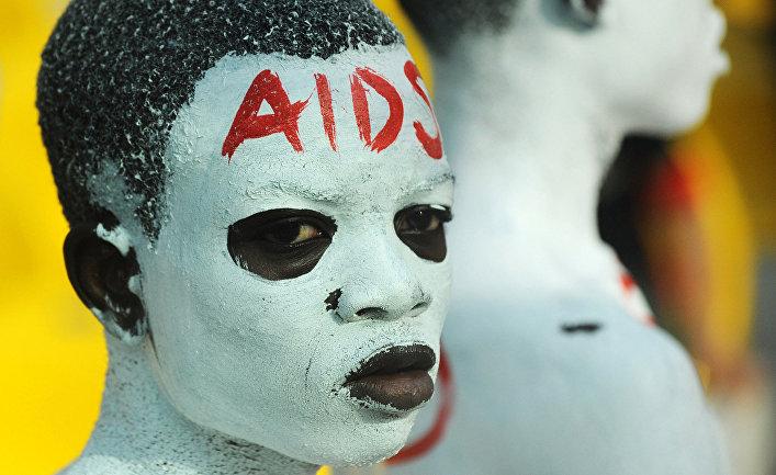 Болельщик на футбольбном матче между командами Египта и Камеруна в Аккре с надписью на лбу «СПИД»