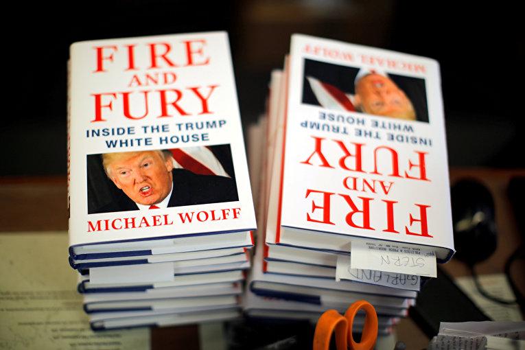 Стопки книг Майкла Вульфа «Огонь и ярость» в книжном магазине в Вашингтоне