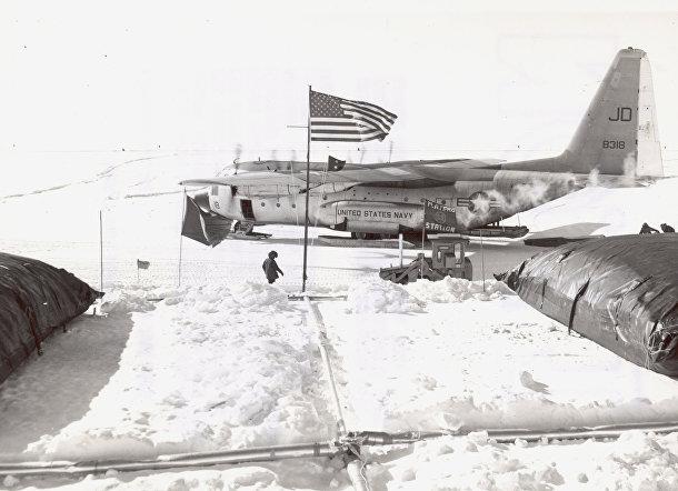 Самолет на американской антарктической станции «Плато»