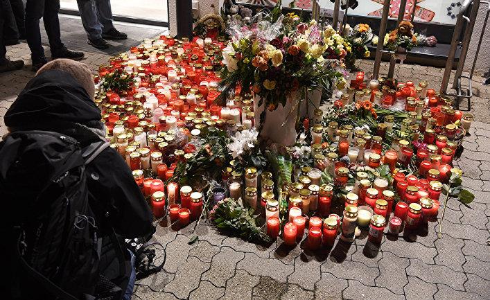 Мемориал у продуктового магазина в немецком городе Кандел