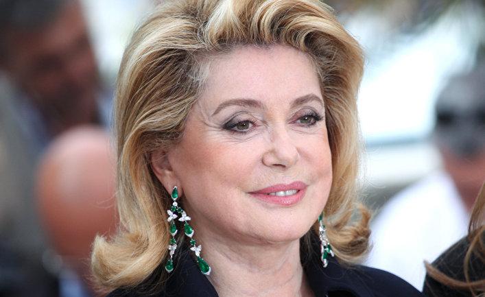 Берлускони поддержал Катрин Денев, выступившей заправо мужчин ухаживать за дамами