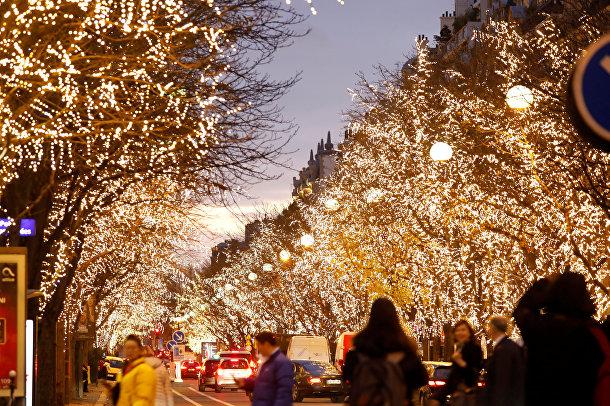 Рождественская иллюминация на Авеню Монтень в Париже