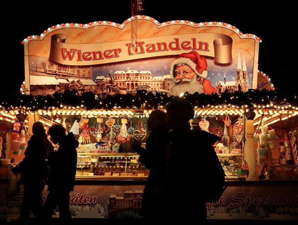 Рождественский рынок на площади в Берлине