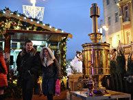 """Посетители на рождественской ярмарке """"Москва"""" на Тверской площади"""