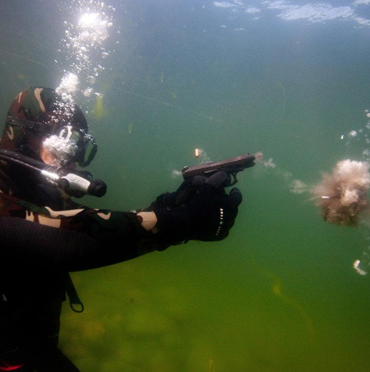 Учебная стрельба из двухсредного пистолетного комплекса ГШ-18 под водой во время учебно-методических сборов водолазов-взрывников