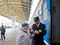 Пассажиры на железнодорожном вокзале в Астане