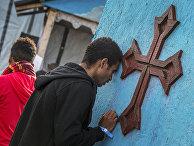 Православные эфиопы посящают храм в лагере для беженцев в Кале, Франция