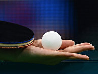 Спортсменка держит в руке шарик для настольного тенниса. Архивное фото