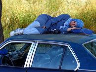 Иранская девушка спит на крыше машины