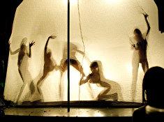 Танцовщицы выступают на вечеринке в клубе