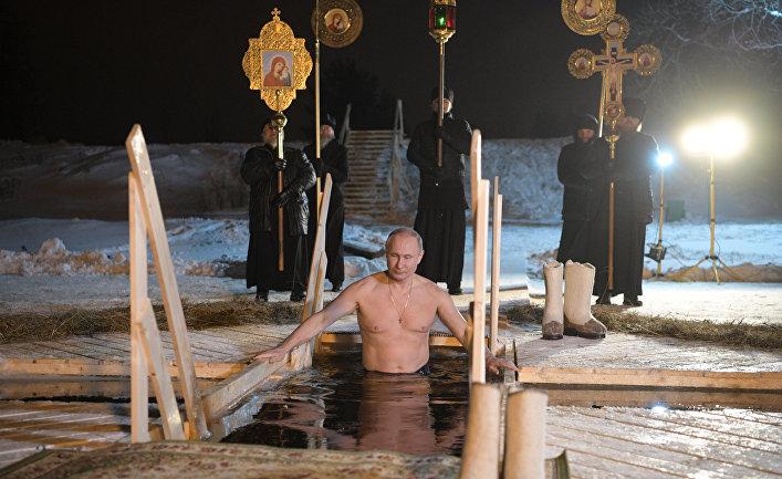 Президент РФ Владимир Путин окунается в иордани во время праздничного купания в православный праздник Крещения Господня в мужском монастыре Нило-Столобенской пустыни на озере Селигер