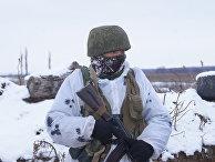 Военнослужащий Народной милиции ЛНР на передовой позиции в Донбассе
