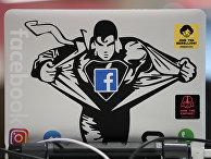 Наклейка Facebook на ноутбуке в новой штаб-квартире Facebook в Лондоне