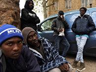 Мигранты в ожидании раздачи еды, распределяемой ассоциацией Utopia 56 в Париже