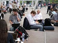 Люди с ноутбуками и смартфонами