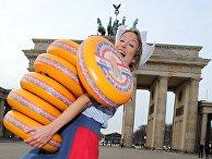 Сыр для сельскохозяйственной ярмарки «Зеленая неделя» у Бранденбургских ворот в Берлине