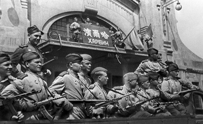 Вторая мировая война 1939-1945 годов. Советские воины в освобожденном от японских захватчиков Харбине