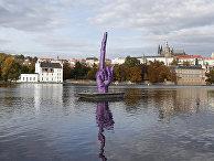 Статуя чешского скульптора Давида Черного на реке Влтава в Праге