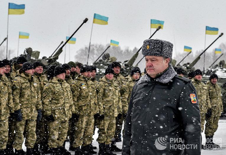 Президент Украины Петр Порошенко проходит перед строем солдат