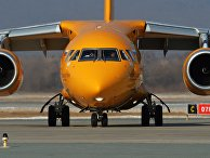"""Самолет Ан-148-100В авиакомпании """"Саратовские авиалинии"""" в аэропорту Владивостока."""