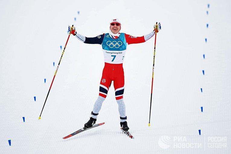 Симен Хегстад Крюгер на финише скиатлона среди мужчин в соревнованиях по лыжным гонкам на XXIII зимних Олимпийских играх в Пхенчхане. 11 февраля 2018
