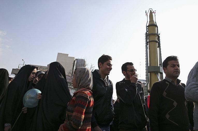 Демонстрация новой ракеты во время митинга в честь годовщины исламской революции в Тегеране