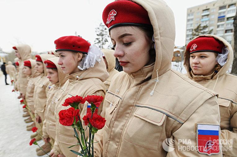 Юнармейцы на акции в память о погибшем в Сирии летчике Романе Филипове у памятника военным летчикам Забайкалья в Чите. 8 февраля 2018