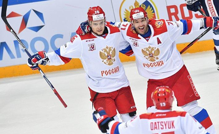Игроки сборной России Сергей Плотников, Павел Дацюк и Илья Ковальчук радуются заброшенной шайбе в матче между сборными командами России и Финляндии. 18 декабря 2016