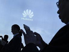 Посетители на стенде Huawei