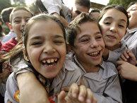 Дети иракских христианских беженцев играют на игровой площадке христианской школы на окраине Бейрута