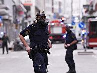 Полицейские на месте происшествия, где грузовик въехал в универмаг в центре Стокгольма
