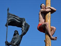 Участник народных забав на праздничной ярмарке Широкой Масленицы на центральной площади Владивостока